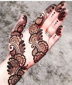 Check out the 60 simple and easy mehndi designs which will work for all occasions. These latest mehandi designs include the simple mehandi design as well as jewellery mehndi design. Getting an easy mehendi design works nicely for beginners. Henna Hand Designs, Mehndi Designs Finger, Mehndi Designs For Girls, Mehndi Designs 2018, Mehndi Designs For Beginners, Mehndi Designs For Fingers, Unique Mehndi Designs, Mehndi Design Pictures, Arabic Mehndi Designs