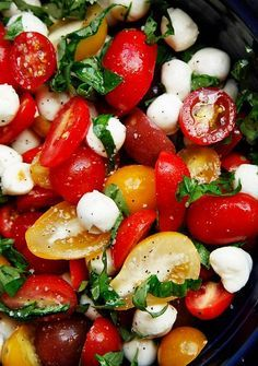 This keto salad will delight you with a game of taste and aroma. Simple to prepare, it will decorate any lunch or dinner. This keto salad will appeal to lovers of Italian cuisine. Easy Vegetable Side Dishes, Vegetable Sides, Vegetable Salad, Vegetable Recipes, Sprouts Vegetable, Salad Recipes, Diet Recipes, Healthy Recipes, Healthy Meals