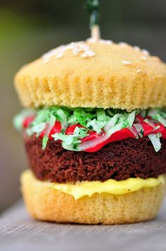 Can't get over how CUTE these Hamburger Cupcakes are! Perfect for tailgates, birthday parties…or really, just because. makes the BEST burger cupcakes! Cute Desserts, Delicious Desserts, Yummy Food, Cupcake Recipes, Cupcake Cakes, Dessert Recipes, Food Cakes, Hamburger Cupcakes, Yummy Treats