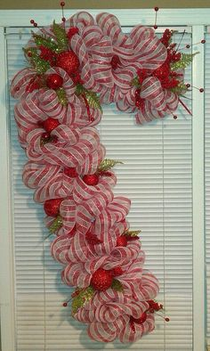 Pretty red and white stripes deco mesh candy cane for door. Deco Mesh Crafts, Wreath Crafts, Diy Wreath, Christmas Projects, Holiday Crafts, Wreath Making, Wreath Ideas, Tulle Wreath, Decor Crafts