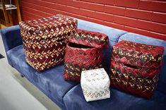 Kahvipussit vääntyvät taitavissa käsissä myös esimerkiksi kannellisiksi arkuiksi. TS/Ari-Matti Ruuska Sissi, Hobbies And Crafts, Ottoman, Chair, Sachets, Diy, Bags, Furniture, Craft Ideas