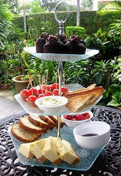 Variation on finger foods: banana bread, thin cheesecake slices, berries, sammies, cupcakes Vegan Teas, Tea And Crumpets, Tea Party Birthday, Party Party, Afternoon Tea Parties, Vintage Tea, Vintage Party, High Tea, Finger Foods