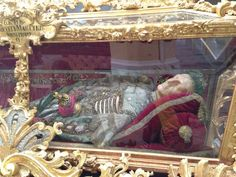 Lavishly decorated corpse on display in a church #KutnaHora #CzechRepublic #CETPrague @CETAcademicPrograms