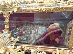 Lavishly decorated corpse on display in a church #KutnaHora #CzechRepublic #CETPrague @CETAcademicPrograms