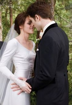 Edward Bella S Wedding I M Not In Any Way A Twilight Fan But The Fact That She Wearing Dress With Sleeves Modest Is Novelty