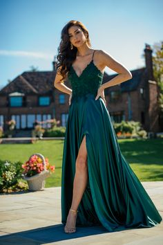 Faviana Style is a Long charmeuse v-neck dress with applique bodice, lace up back invisible hook & eye closure. Red Hoco Dress, Dark Green Prom Dresses, Red Homecoming Dresses, Winter Formal Dresses, Pretty Prom Dresses, Hoco Dresses, Ball Dresses, Elegant Dresses, Emerald Green Dress Long