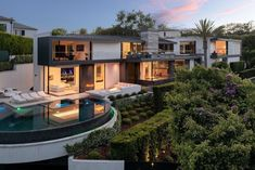 Hilton & Hyland (@hiltonhyland) • Instagram photos and videos Beverly Hills Mansion, Doll House Plans, Dream Mansion, Unusual Homes, California Homes, Cool Pools, Pool Designs, Renting A House, Luxury Homes