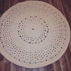 Paksusta trikookuteesta virkattu matto. Ohje: Kauhavan Kangas-Aitta, Malli: Asteri ( ohjetta muokattu niin, että pari ulointa kerrosta jätetty virkkaamatta)