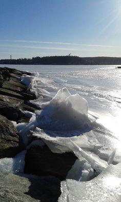 Keväinen Vesijärvi. Jäät kasautuvat rannalle. Upean näköistä.