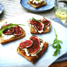 Bruschetta with grilled figs soft goatcheese - Made by Ellen Quick Recipes, Raw Food Recipes, Veggie Recipes, Gourmet Recipes, Healthy Recipes, Bruschetta Recept, Clean Eating Snacks, Healthy Eating, Bruchetta