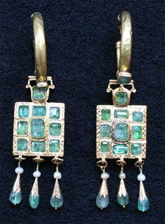 Boucles d'oreilles  Khoras Kbach  XVIIIè - Tanger  - or, émeraudes, perles baroques (FACE)  http://www.judaisme-marocain.org/