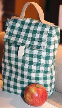 Torba wielokrotnego użytku to doskonała alternatywa dla plastikowych śniadaniówek, czy jednorazowych siatek foliowych. Wygodna i zajmuje mało miejsca. Idealna do przechowywania kanapek, wody czy przekąsek – do pracy, szkoły, w czasie podróży... A PODPISANA torba twoim imieniem nigdy się nie zgubi! W cenie haft imienia w wybranym kolorze. Torba wykonana w 100% z lnu - dwie warstwy surowy ten sprawdzony już len, wierzchnia warstwa z lnu w zielono-białą kratę. Posiadazamknięcie na rzep. ...