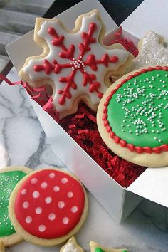 Learn how to decorate holiday cookies like a pro, with our ultimate guide to royal icing: http://foodal.com/recipes/desserts/decorate-holiday-cookies-royal-icing/