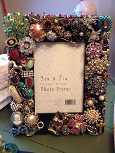 Brooches glued to a frame. Costume Jewelry Crafts, Vintage Jewelry Crafts, Vintage Jewellery, Mirror Crafts, Frame Crafts, Jewelry Christmas Tree, Jewelry Tree, Diy Monogram, Button Crafts