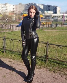 Shiny Leggings, Leggings Are Not Pants, Leder Outfits, Black Leather Gloves, Leather Shorts, Thigh High Boots Heels, Leather Dresses, Glamour, Leather Fashion