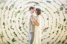 Op zoek naar een eyecatcher voor jouw trouwfoto's? Neem een bloemenmuur op je bruiloft!