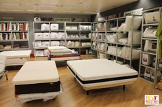 Exposición de colchones y sección de línea blanca donde podrá encontrar rellenos nórdicos, almohadas, rellenos de cojines, protectores de colchón, etc.