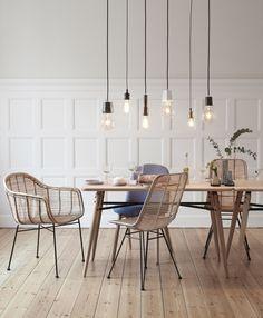 Der klare Stuhl aus hochwertigem Rattan von Hübsch Interior verleiht ihrem Zuhause einen leichten und frischen Stil im skandinavischen Look. Bestücken Sie den Rattanstuhl mit Kissen oder einem Fell und machen Sie ihn zu einer traumhaften...