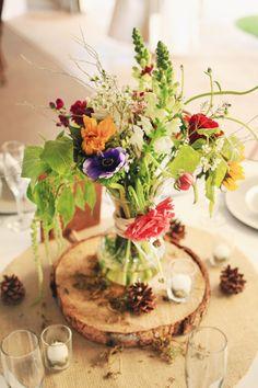 Madera y flores, precioso centro de mesa para boda rústica.  Wood.