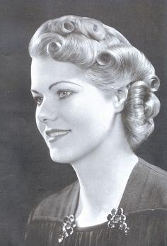 Vintage Curls:: Pin Up Girl Hair:: Retro Hairstyles Easy Vintage Hairstyles, 1940s Hairstyles, Wedding Hairstyles, Cool Hairstyles, Historical Hairstyles, Ladies Hairstyles, Look Vintage, Vintage Beauty, Vintage Makeup