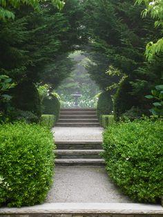 Me encantan los elementos neoclásicos en los jardines...crean un ambiente de ensueño,de cielo en la tierra,de paraíso terrenal,de...    ...