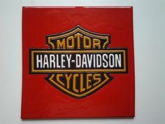Logo de la clásica marca de motos, en azulejo de 30x30cm.