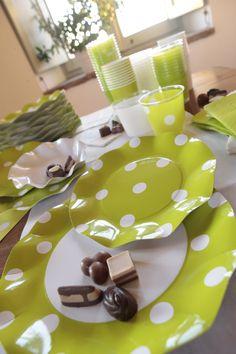 Coordinato tavola usa e getta Pois Verde. In cartoncino riciclato e tovaglioli in carta.