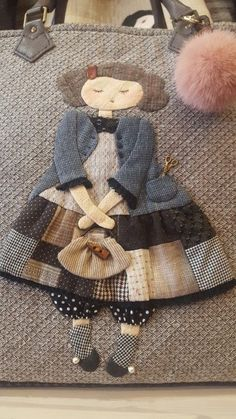 The particular Fall/Winter style presented at Rome Manner Week got some Wool Applique Quilts, Wool Applique Patterns, Hand Applique, Applique Designs, Embroidery Applique, Quilt Patterns, Embroidery Ideas, Quilted Purse Patterns, Patchwork Bags