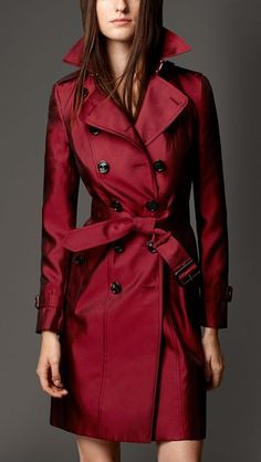 This is a modern Burberry trench coat. Almost 100 years later Burberry still uses the same aspects from their original coats. The materials used the make the coats have definitely changed; this coat is made of silk! Even though it is not be utilized, this Burberry Trenchcoat, Mode Mantel, Vintage Mode, Unique Vintage, Winter Coat, Coats For Women, Autumn Winter Fashion, Fall Winter, Women's Jackets