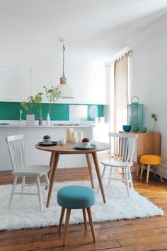 Kitchen design ideas: Ways to add colours into the space - Home & Decor Singapore Kitchen Interior, Kitchen Design, Home Design, Interior Design, Kitchen Dinning Room, Teal Kitchen, Summer Kitchen, Sweet Home, Vintage Chairs
