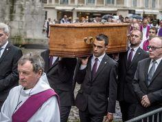 """Tłumy żegnają księdza Jacques'a Hamela zamordowanego podczas ataku dżihadystów na kościół w północnej Francji  http://sowa-magazyn.blogspot.de/2016/08/dlaczego-kilka-tysiecy-ksiezy.html ktoś zabija teściową. - I to są ochrzczeni katolicy - zauważył.  Papież wyraził opinię, że jeżeli miałby mówić o przemocy islamskiej, to musiałby też mówić o """"przemocy katolickiej""""."""