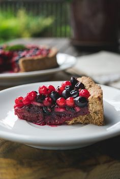 While summer is still here, you should use everything that it gives. And berries might be one of the best parts of summer. In this recipe you'll discover how to bake a vegan berry tart that's wholesome, gluten-free, crisp and very delicious. Do you enjoy Vegan Dessert Recipes, Delicious Vegan Recipes, Fruit Recipes, Bread Recipes, Vegetarian Recipes, Healthy Recipes, Vegan Key Lime Pie, Vegan Pie, Vegan Food