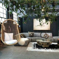Check out this modern living room decor idea with lots of greenery. Love it! #HomeDecorIdeas @istandarddesign