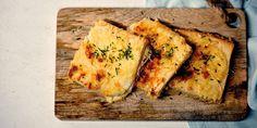 Keitä kattilassa koko ajan sekoittaen sulatejuustosta ja maidosta valkokastike.Leikkaa paahtoleivistä reunat irti ja asettele kuusi leipäviipaletta öljyttyyn uunivuokaan yhdeksi kerrokseksi niin, että koko pohja peittyy.Levitä päälle sinappia, kinkkuviipaleet ja osa juustoraasteesta.Kaada puolet valkokastikkeesta leipien päälle. Levitä loput leivät vuokaan.Kaada päälle loppu valkokastike ja toinen osa juustoraastetta.Paista uunissa 200 asteessa noin 15 minuuttia.