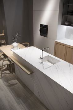 Touché iTOPKer for countertops presents s surface inspired by superior classic marbles, with a subtle elegant veined pattern on a pure white background.