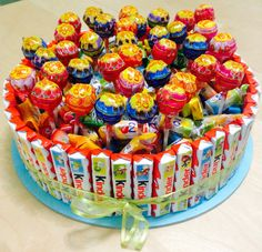 Cake with border made of children& bars, filled with chewy candies and .- Torte mit Rand aus Kinderriegeln, gefüllt mit Kaubonbons und Lutschern Cake with a border of children& bars, filled with chewy candies and lollipops - Candy Birthday Cakes, Candy Cakes, Chewy Candy, Candy Bouquet, Candy Party, Candy Gifts, Sweet Cakes, Mini Cakes, How To Make Cake