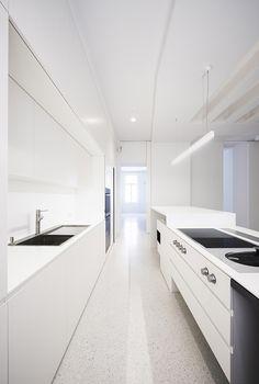 Minimalist modern furniture, Beletage Apartment in Vienna by Alex Graef Kitchen Interior, Kitchen Design, Room Interior, Cleaning White Walls, Minimal Kitchen, Kitchen White, Kitchen Modern, Interior Architecture, Interior Design