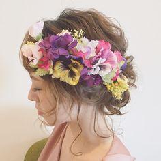acoさんはInstagramを利用しています:「パンジーにスウィートピー…ミモザなど... 春に咲き誇る色鮮やかなお花達…❣️ 目に飛び込む色とりどりな色彩は、見る人に鮮烈な印象を与えます❤︎ 花嫁さまをハッピーオーラで包み込む…そんなヘッドドレスです❣️ stores.jpのみ、10セット限定 comb…」
