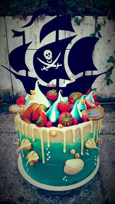 Ship Ahoooyyyy! The pirates are taking over MyMeringue! A lovely boys birthday cake with all his wishes! Piratecake with seashells, coins and a blue Meringue ocean. Caketopper by MyMeringue