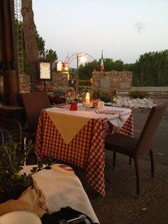 esterno sul belvedere dal Ristorante Osvaldo Bolgheri Outdoor Cafe, Cafe Bar, Chef, Sicily, Farmers Market, Tuscany, Bella, Restaurant, Table Decorations