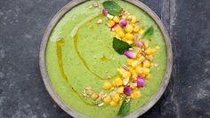 Colette Dike van @fooddeco heeft een boek gemaakt Avocado met, de titel zegt het al, avocado in de hoofdrol. In het boek staan meer dan dertig ontbijt-, lunch- en dinerrecepten met deze gezonde, groene vrucht. Hierbij alvast een voorproefje: Groene gazpacho.