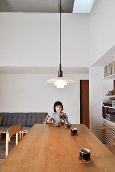 ダイニングテーブルは家具デザイナーの傍島浩美さんデザイン。ポール・ヘニングセンのライトは震災後の限定ヴァージョンだ。