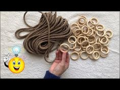 Amazing idea with straw rope and mini wooden rings Christmas Crafts To Make And Sell, Diy And Crafts, Diy Lustre, Tie Dying Techniques, Wooden Hoop, Macrame Patterns, Wooden Rings, Simple Christmas, Mini