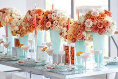 mesa posta em azul aqua e coral c/ arranjo de flores + http://weshareideas.com.br/blog/tag/mesa-azul-e-coral/?view=blog . + https://br.pinterest.com/pin/161777811594279693/?lp=true