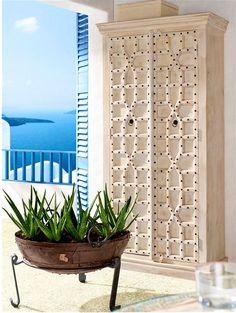 grande armoire indienne avec des vieilles portes avec des d corations en laiton retrouvez tous. Black Bedroom Furniture Sets. Home Design Ideas