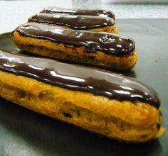 Eclair au chocolat et au caramel aussi simply why am getting fat in Paris :-) Desserts Français, French Desserts, Caramel, Beef Bourguignon, Eclairs, Soul Food, Hot Dog Buns, Food Dishes, Macarons