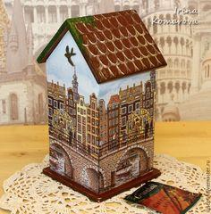 Купить или заказать 'Амстердам' чайный домик в интернет-магазине на Ярмарке Мастеров. Деревянный чайный домик для красивого и удобного хранения чайных пакетиков. Декор для любителя путешествий и поклонника Амстердама)) Черепичная крыша, немного поросшая плющом, знаменитые домики вдоль каналов и птица, парящая в небе. Вот такое оф…