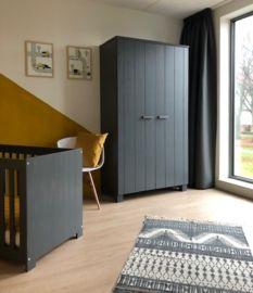 Kinderkamer in kleur oker grijs met posters van www.