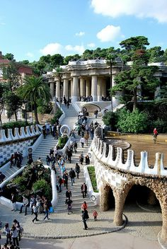Parque Güell La escalinata, Calle Olot, Monte del Carmel, Barcelona by Spanish architect Antoni Gaudí 1900-1914 (opened to public 1922) • protected by UNESCO since 1984 (photo by Javier via flickr 3370672095)