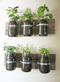 Glazen potten aan de muur